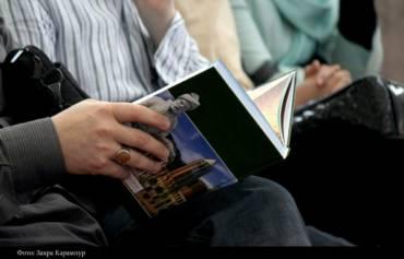 Презентация на Тегеранской книжной ярмарке — книги посвященные Ирану и иранским традициям.
